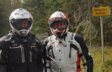 Peter Chadwick (Yamaha) och Björn Mange Broen (Adventure Mc Tours of Norway) vid Riksgränsen